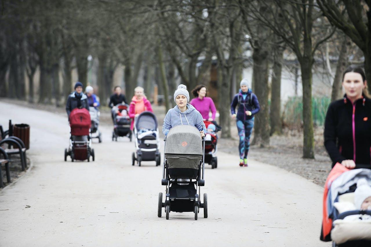 Jonge moeders joggen in het Szczesliwicki park in Warsaw. Polen introduceerde in 2016 het 'Familie-500-plus'-programma, waarbij gezinnen voor elk tweede kind maandelijks 500 zloty (€118) krijgen, en aanverwante extraatjes
