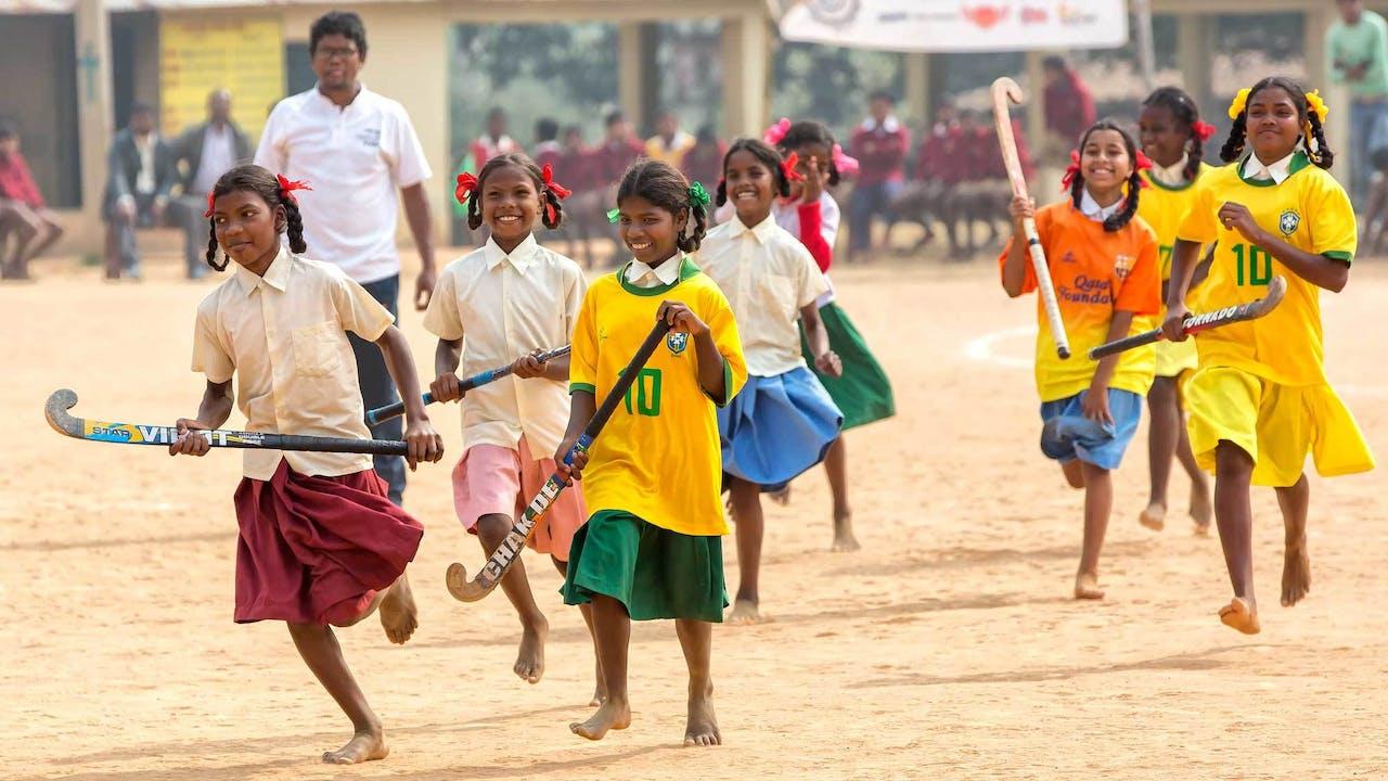 Hockey in India wordt meestal op blote voeten en met zelfgemaakte sticks op zandveldjes gespeeld.