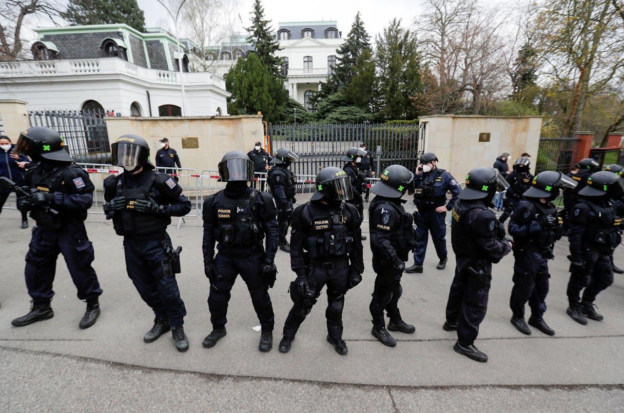 De politie in Praag moest zondag de Russische ambassade bewaken in verband met boze betogers.