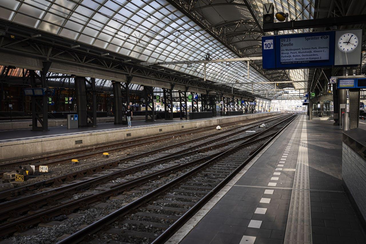 Amsterdam Centraal Station is nog altijd rustig rond de spits. Er rijden geen intercity's. Dus is er minder vraag naar stroom.