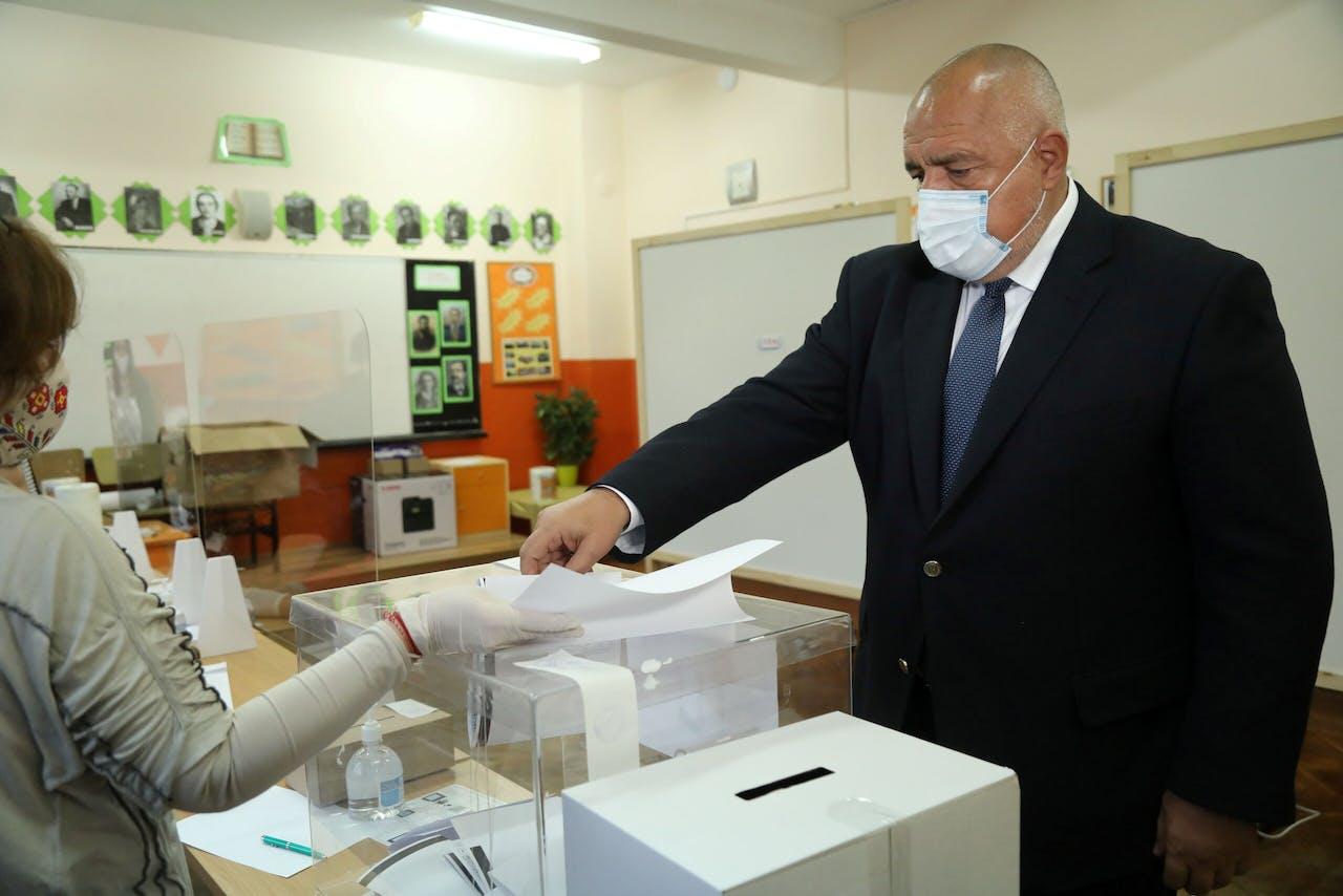 De Bulgaarse premier Borissov brengt zijn stem uit.