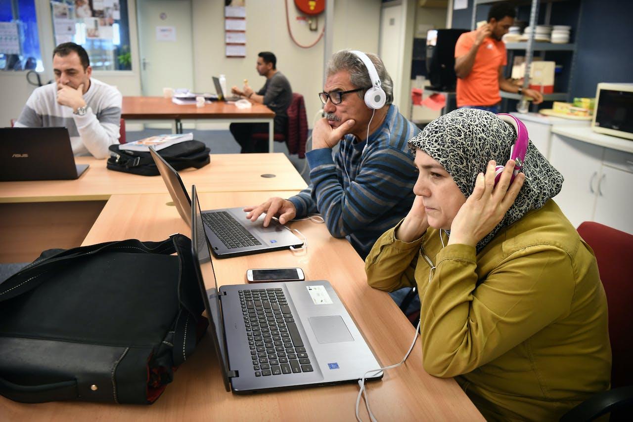 Statushouders krijgen begeleiding bij hun inburgering en zoektocht naar werk bij IamNL in Veldhoven. Deze sociale onderneming is gefinancierd door private partijen.