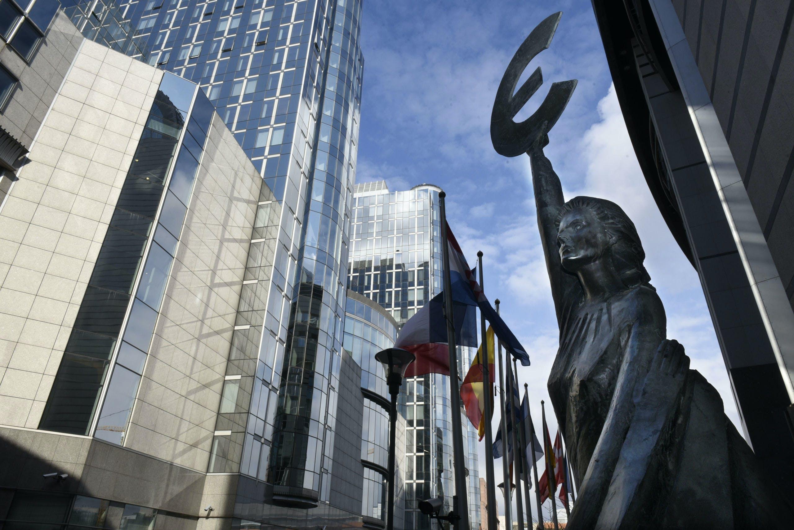 Standbeeld van de mythische figuur Europa met een euroteken in haar hand. het standbeeld staat in de Europese wijk van Brussel