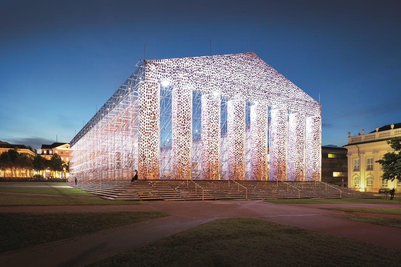 Het hart van de Documenta is een kopie van het Parthenon, gemaakt van (ooit) verboden boeken. Marta Minujín maakte dit werk eerder in Buenos Aires in 1983, na de val van de Argentijnse dictatuur.