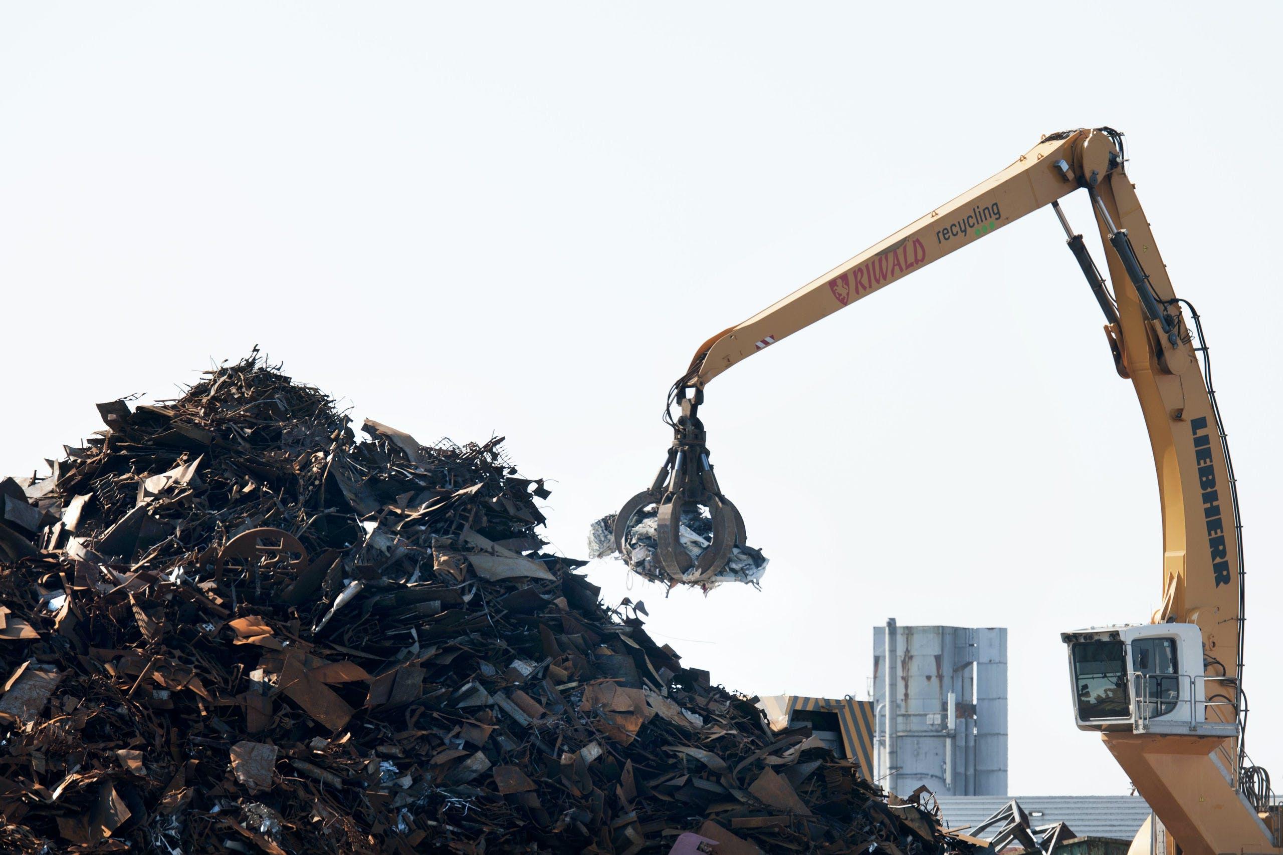 Werkzaamheden bij een metaalrecyclingbedrijf.