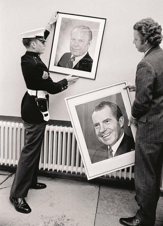 Het portret van Richard M. Nixon wordt vervangen door zijn opvolger Gerald R. Ford op de Amerikaanse ambassade in het Duitse Bonn.