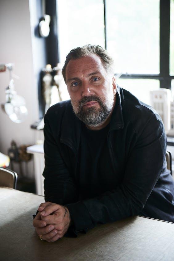 Ondernemer Casper Reinders (47), bekend van onder meer de Amsterdamse zaken Jimmy Woo, Rose's Cantina en Cinema Paradiso, houdt er een uitdragerij op na, uit jongensachtige fascinaties.