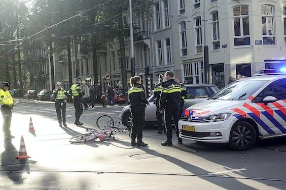 Een aanrijding tussen een auto en een fietser in Amsterdam. Bij blijvende ernstige schade kunnen naasten van verkeersslachtoffers straks smartengeld krijgen.