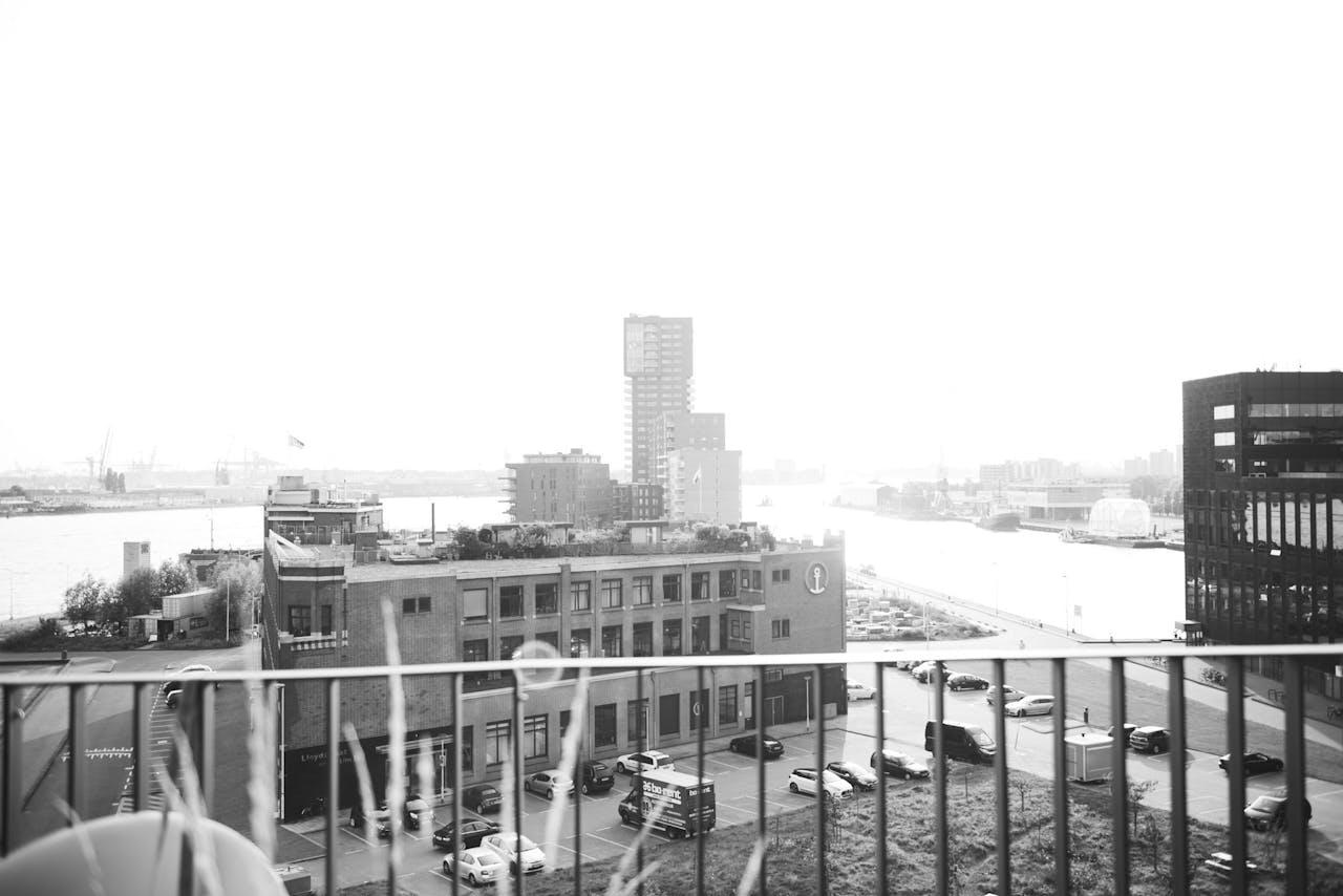 Akkermans uitzicht, over de Maas en de haven van Rotterdam.