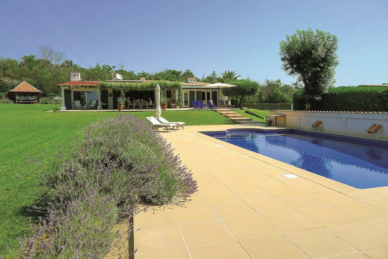 Het zwembad en het vlakke grasveld maken het huis bij uitstek geschikt voor kinderen.