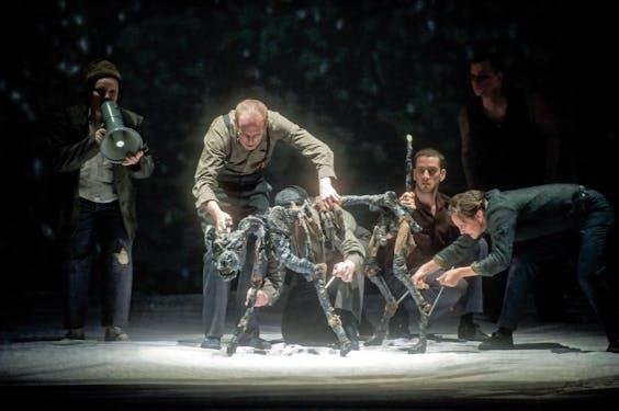 Sjarik (poppenspelers olv Mark Down) in de opera 'A Dog's Heart'