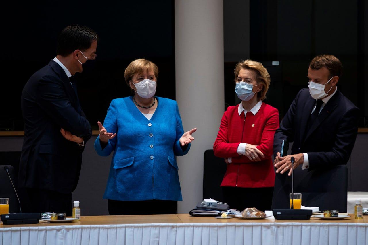 Premier Rutte (l) luistert naar de Duitse bondskanselier Angela Merkel (tweede van links), in aanwezigheid van Commissievoorzitter Ursula von der Leyen (tweede van rechts) en de Franse president Emmanuel Macron.