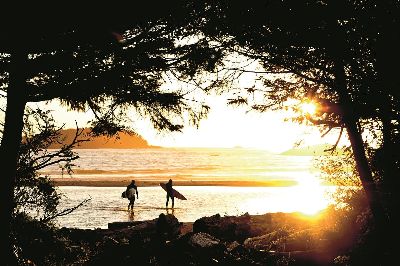 Kitesurfers bij zonsondergang op Vancouver Island.
