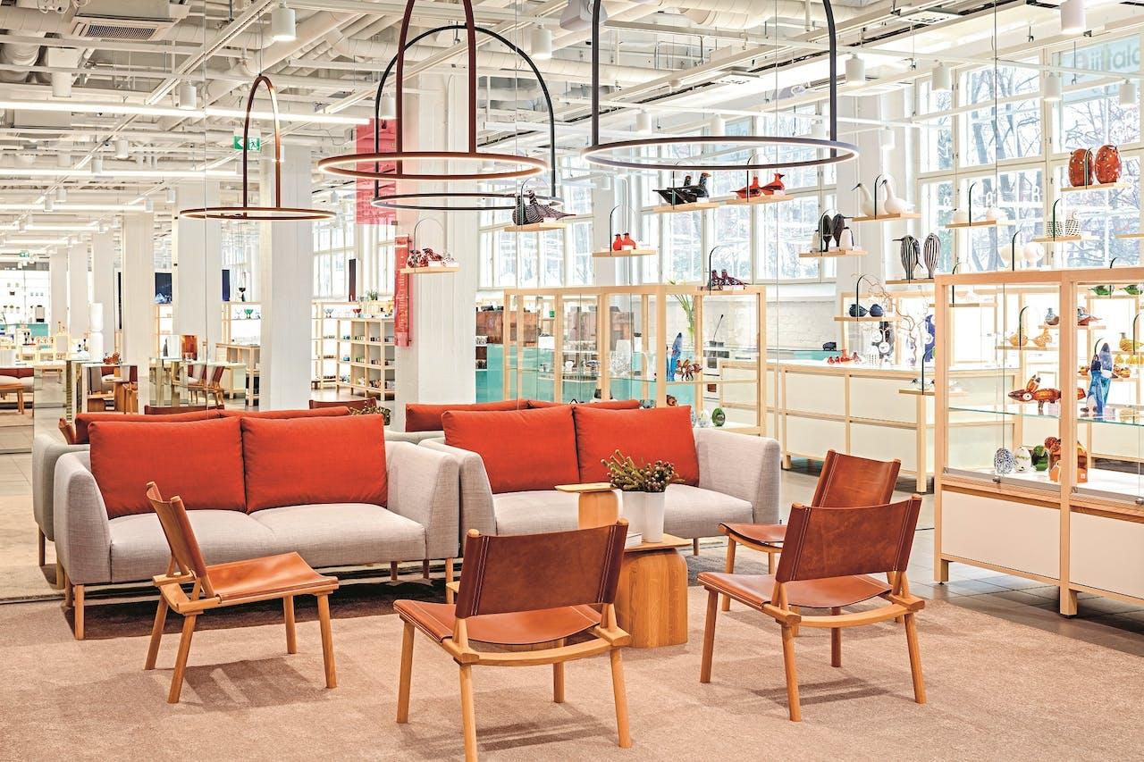 In de winkel van het Iittala & Arabia Center zijn diverse ontwerpen ook te koop.