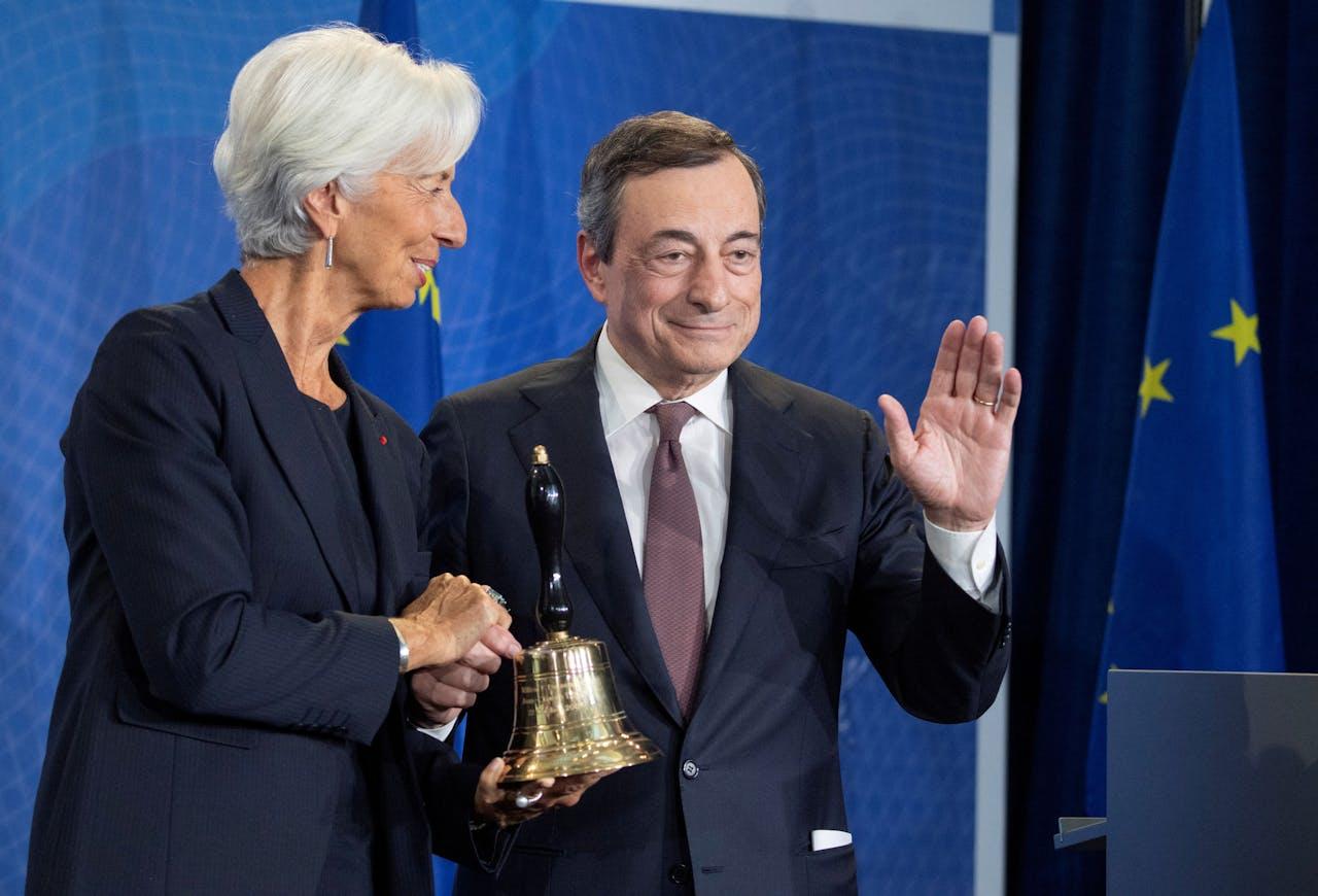 Draghi (r) bij zijn vertrek in 2019, vergezeld door zijn opvolger Christine Lagarde.