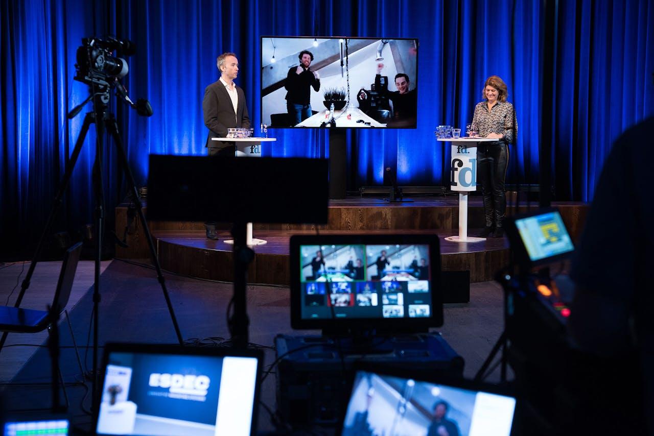 Presentatoren John van Schagen en Hella Hueck maken bekend dat Finance Club winnaar is van de landelijke top 100 bij de FD Gazellen Awards.