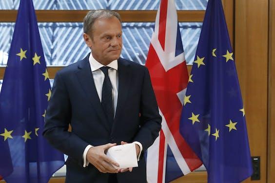 Donald Tusk, de voorzitter van de Europese Raad, direct nadat hij de brief met het Britse brexitverzoek in ontvangst heeft genomen.