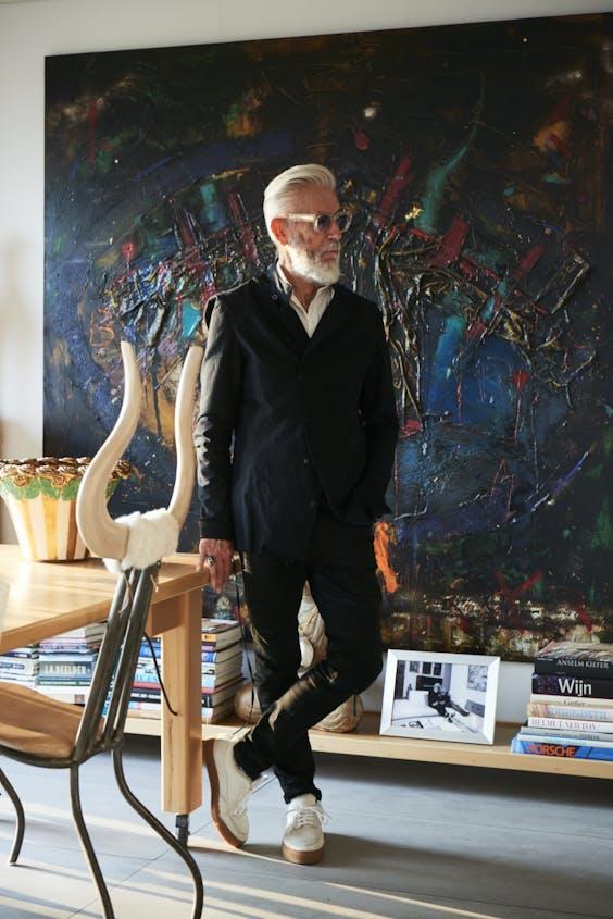Opticien Ben Akkerman (75) woonde vroeger veel groter. Door een zakelijke misser is zijn huidige huis bescheidener én ging hij zelf kunst maken. Zijn huis kijkt uit op de Maas, en hij komt tot rust van het geluid van dieselmotoren.