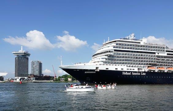 De Koningsdam, een cruiseschip van de Holland America Line, vaart over het IJ.