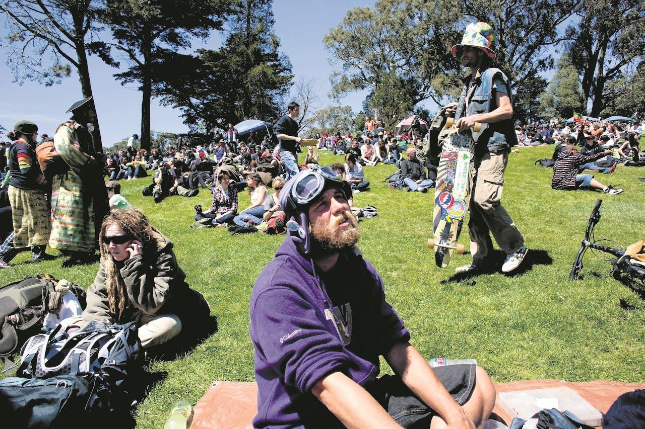 """Stanovnici San Francisca uživaju u """"nacionalnom dimu u danu"""" na """"Hipi Hilu"""" u Parku Zlatnih Kapija. Na ovom nezvaničnom državnom prazniku ljudi se okupljaju kako bi pušili marihuanu. Događaj se održava svake godine u 20 Aprilu i prosječno privlači oko 10.000 posjetitelja. Foto: Polaris / HH"""