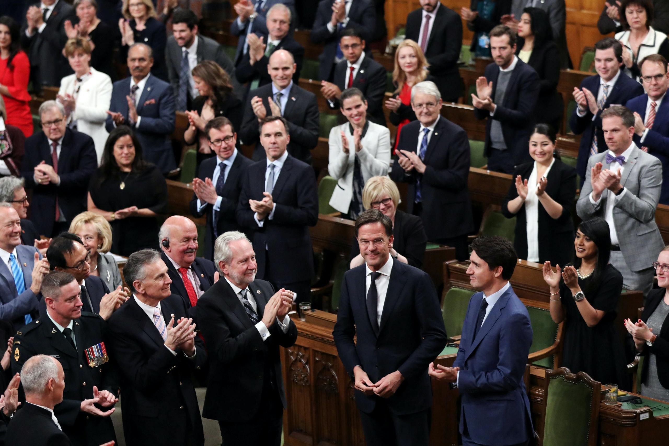 Premier Mark Rutte krijgt een staande ovatie na zijn toespraak in het Canadese parlement in Ottawa.