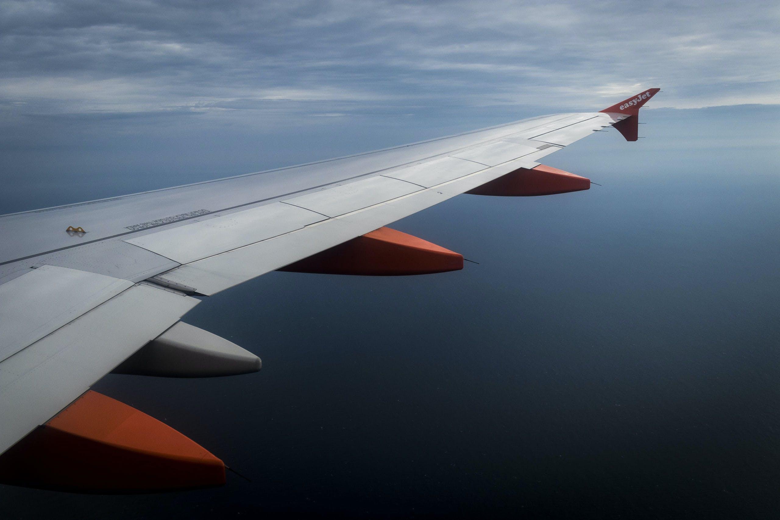 Vliegtuig van EasyJet boven de Noordzee.