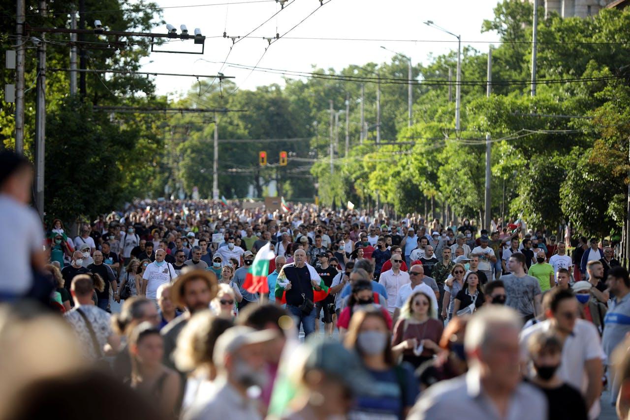 Betogers lopen zaterdag door het centrum van Sofia.
