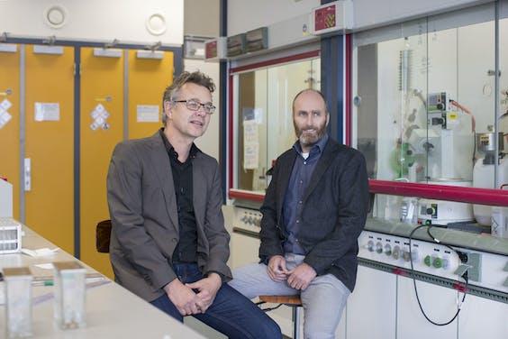 Allard Kaptein (l) en Tjeerd Barf van Acerta Pharma. De verkoop van het biotechbedrijf aan farmagigant AstraZeneca leverde de regionale ontwikkelingsmaatschappij Oost NL in 2016 €12,5 mln op.