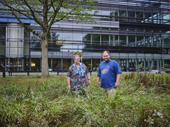 Robin Verstraten(23) en zijn moeder Monique van Eijkelenburg (61) voor de faculteit bètawetenschappen van de Universiteit Utrecht.