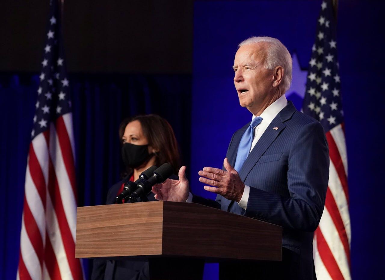 Joe Biden had rekening gehouden met een overwinningstoespraak, maar omdat de uitslag nog uitblijft, veranderde hij de inhoud. In plaats daarvan riep hij op tot eenheid. Naast Biden staat vicepresidentskandidaat Kamala Harris.