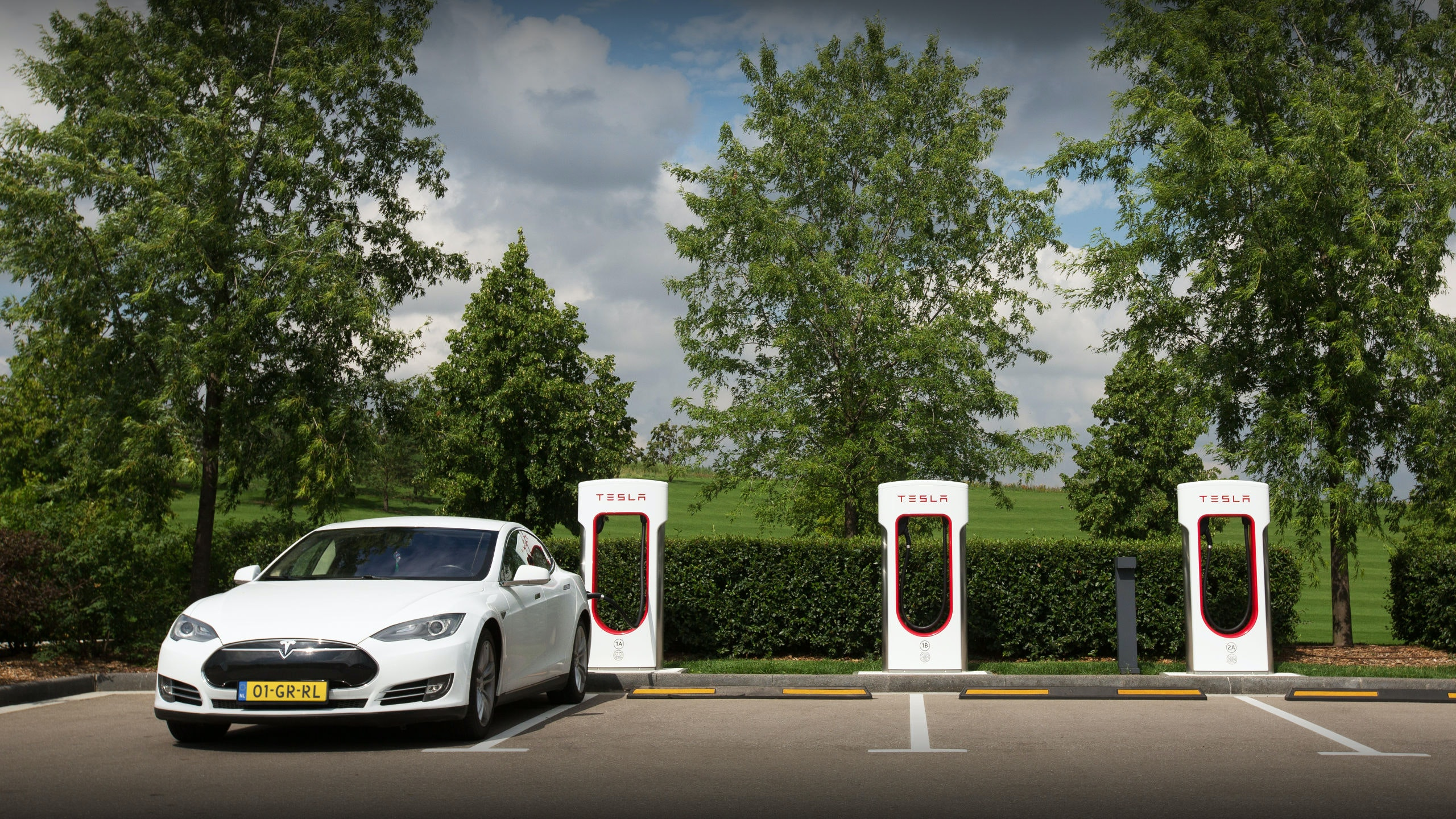 A Tesla Inc. Model S electric vehicle stands parked by Supercharger stations in Moscow, Russia, on Friday, July 20, 2018. Tesla may nearly double the number of cars it's selling in Russia after a mobile-phone retailer backed by billionaire Alisher Usmanov unexpectedly added electric vehicles to the line of gadgets it offers. MegaFon PJSC, said it received orders for 236 vehicles in June, the first month it started sales jointly with importer Moscow Tesla Club. Photographer: Andrey Rudakov/Bloomberg
