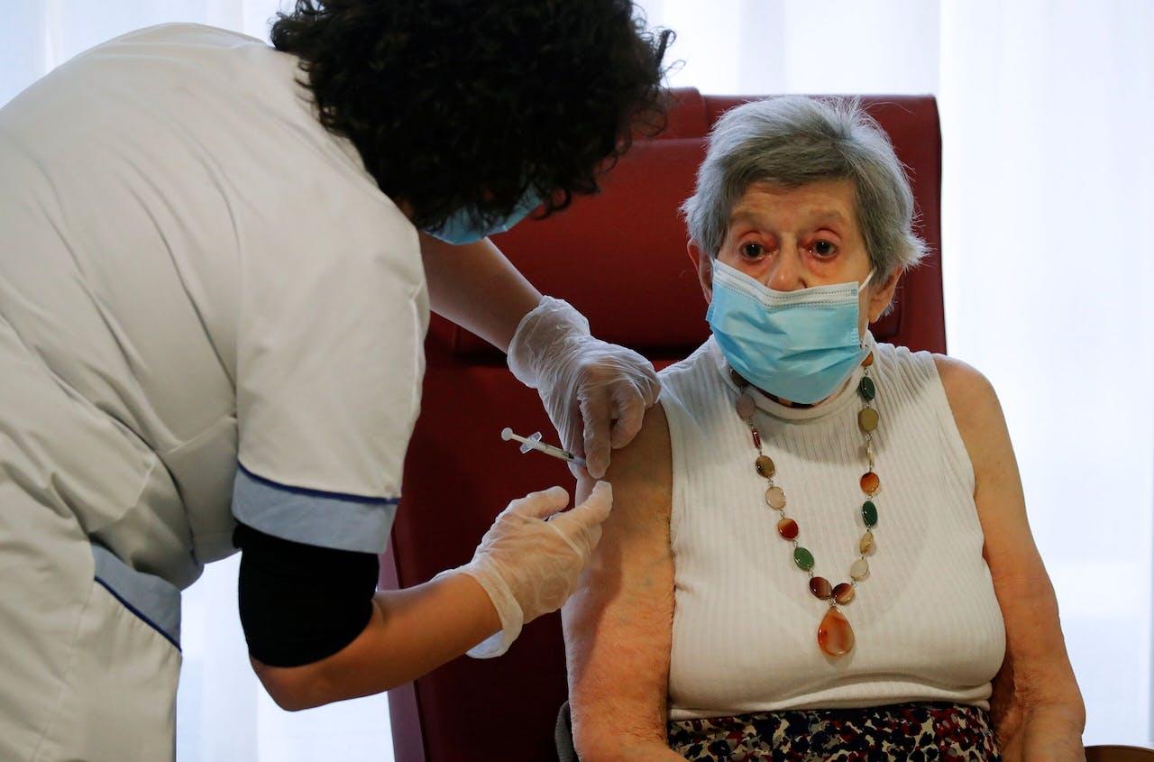 De 91-jarige Yvette Lornay krijgt in een verzorgingshuis in Bobigny bij Parijs het vaccin van Biontech/Pfizer toegediend.