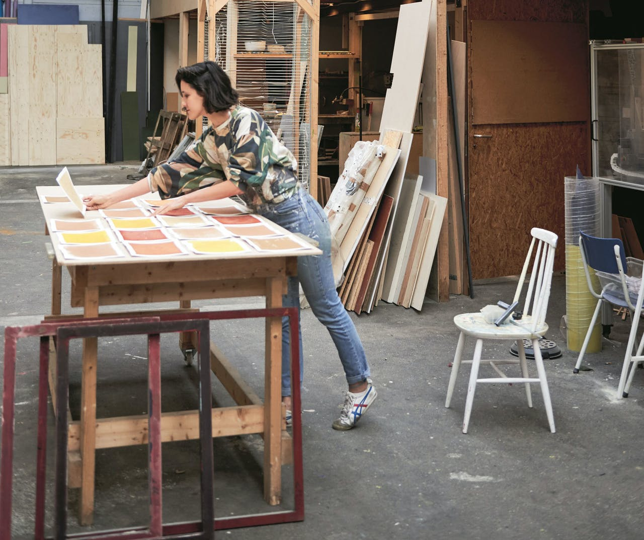 Sérgio aan het werk met de Earth Prints, een serie zeefdrukken van aarde verzameld op zeven plekken van de projecties van sterrengroep de Grote Beer.