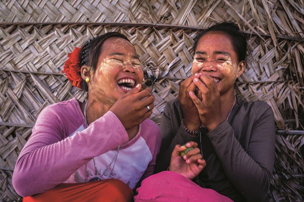 Bajau-vrouwen gebruiken bij wijze van zonnebrandcrème rijstemeel, 'burak' geheten.