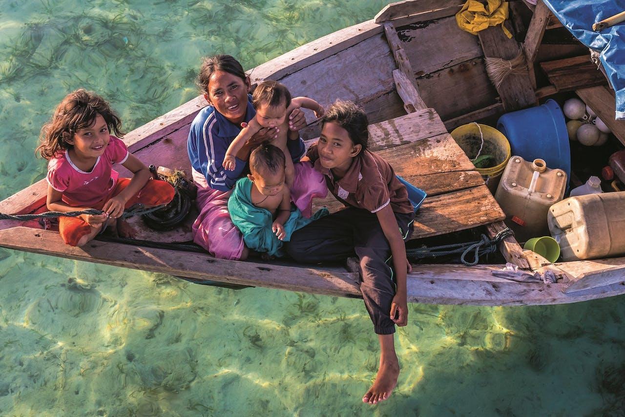 De Bajau leven zeer egalitair, zonder stamhoofd. Man en vrouw zijn gelijkwaardig.