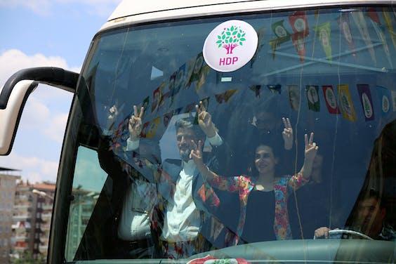Leden van de pro-Koerdische partij HDP op verkiezingscampagne in Diyarbakir, Turkije.