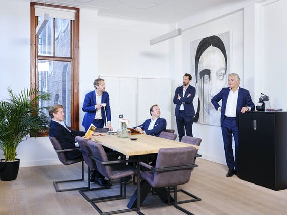 Patrick Munk (zittend in het midden), medeoprichter van het kantoor Vesper met zijn collega's aan de Westermarkt. 'Wij hebben niets met de stoffige kantooromgeving van de Zuidas.'