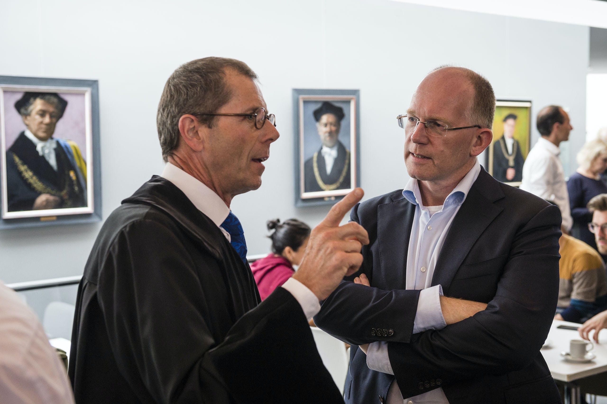 Kees Koolen (rechts) in gesprek met een hoogleraar van de Universiteit Twente bij de opening van het academisch jaar.