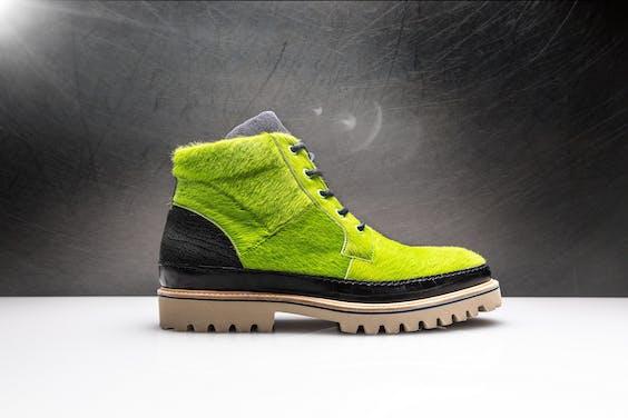 cacf30f87fd Dat was het moment, in 2014, om het vliegtuig te nemen naar Portugal en een  rondje te maken langs schoenfabrikanten. In de Evereste-schoenfabriek vond  hij ...