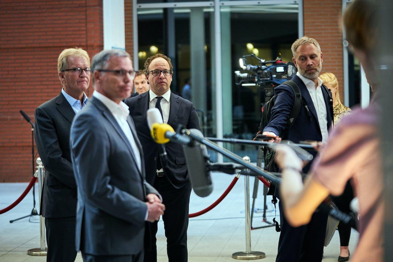 Han Busker (FNV), Minister Wouter Koolmees van Sociale Zaken en Werkgelegenheid (D66) en Hans de Boer (VNO NCW) in het ministerie van Sociale Zaken en Werkgelegenheid. Vakbonden, werkgevers en kabinet zijn tot een pensioenakkoord gekomen.