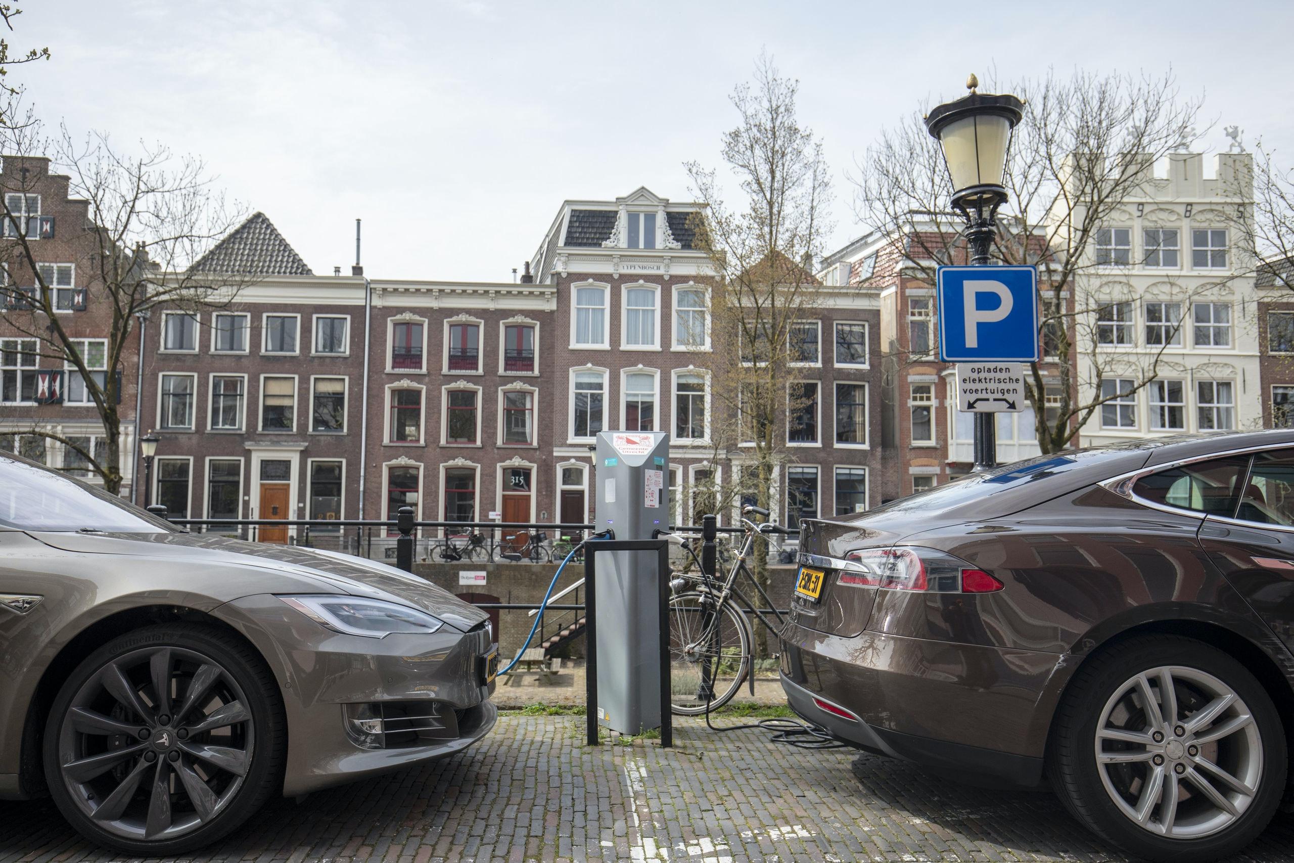 Elektrische Auto Rukt Op Verkoop Plug In Hybrides Stort In