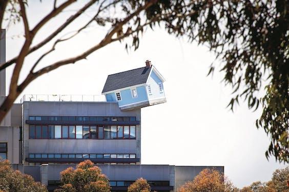 Fallen Star, het huisje van de Zuid-Koreaanse kunstenaar Do Ho Suh, dat op bestaande gebouwen gezet kan worden.