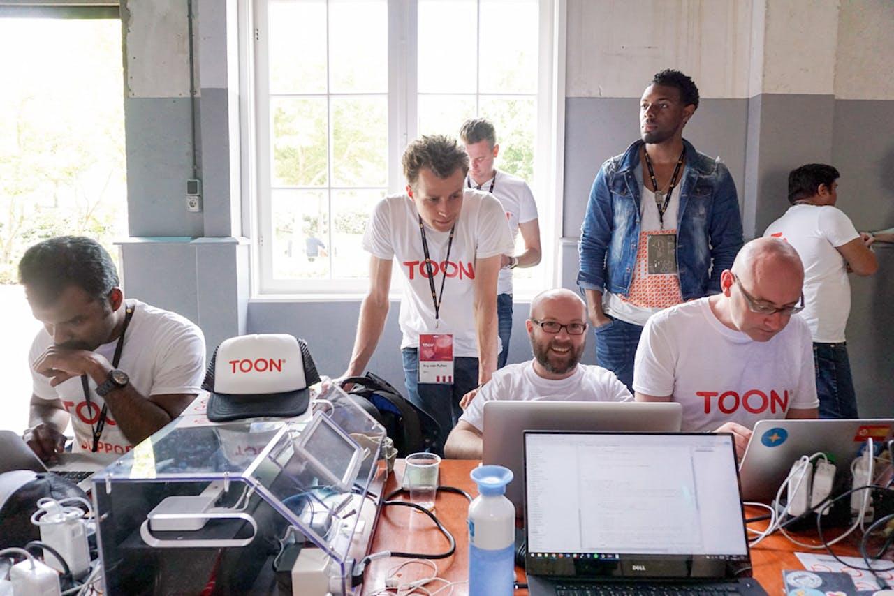 Softwareontwikkelaars werken aan het open ontwikkelplatform van Toon, de slimme thermostaat
