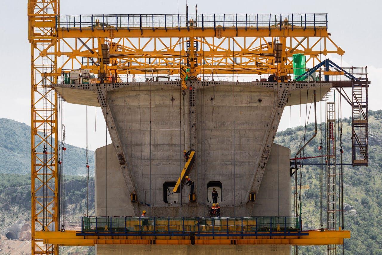 Werkzaamheden aan de Chinese snelweg bij Bioce in Montenegro.