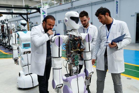Topman Ozgur Akin (links) van robotfabrikant Akinrobotics in Konya.