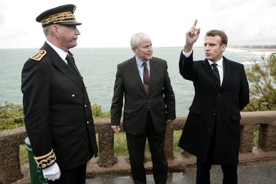De Franse president Macron (r) bij een bezoek aan Biarritz in gesprek met burgemeester Michel Veunac (m) en Eric Spitz, prefect van het departement Pyrenées-Atlantiques.