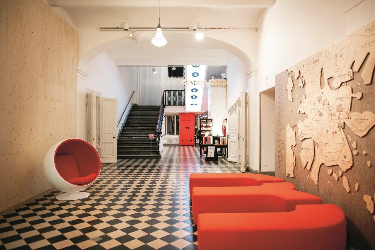 De entreehal van het Designmuseo in Helsinki.