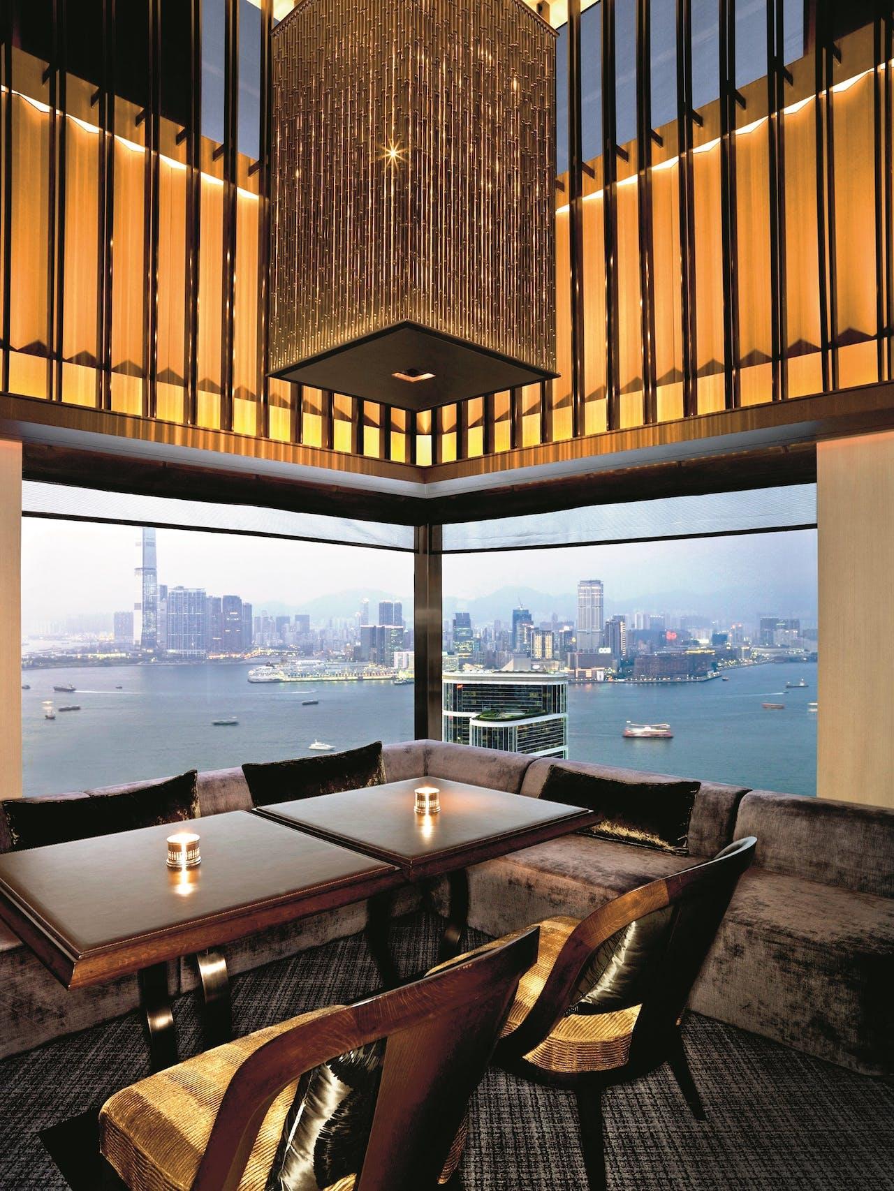 Café Gray biedt een weids uitzicht over de baai van Hongkong.