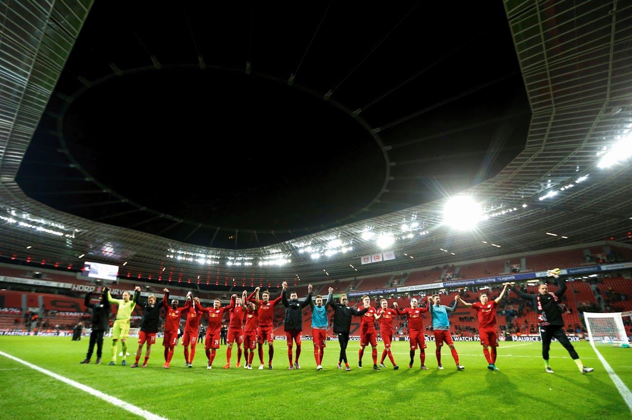 Spelers van RB Leipzig vieren de 2-3 uitoverwinning op Bayer Leverkusen.