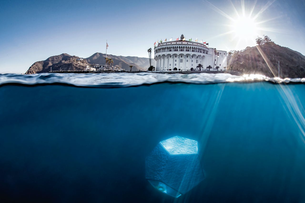 De paviljoenen onder het zeeoppervlak van Doug Aitken voor de kust bij Catalina, een eilandje in de Stille Oceaan bij Los Angeles.